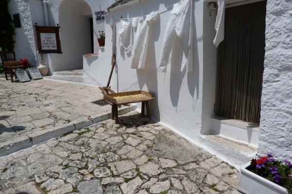 Viverde Hotel Tenuta Moreno, Apulien   Natur aktiv und bewusst erleben. staedtereisen europa  Nudelherstellung auf der Straße